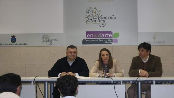Ruiz (centro), durante la entrega de resoluciones