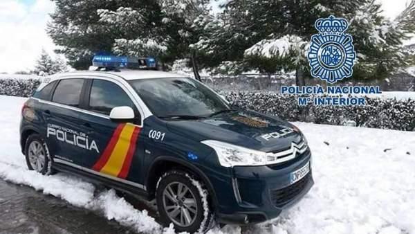 Coche Policía Nacional de Granada con nieve