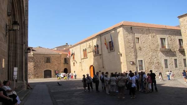 Un Grupo De Turistas En La Parte Antigua De Cáceres