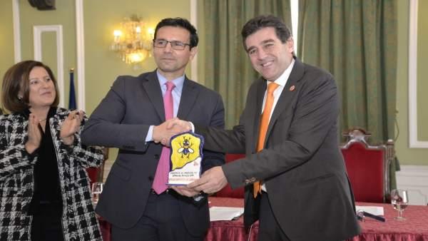 El alcalde de Granada recoge la distinción a la ciudad