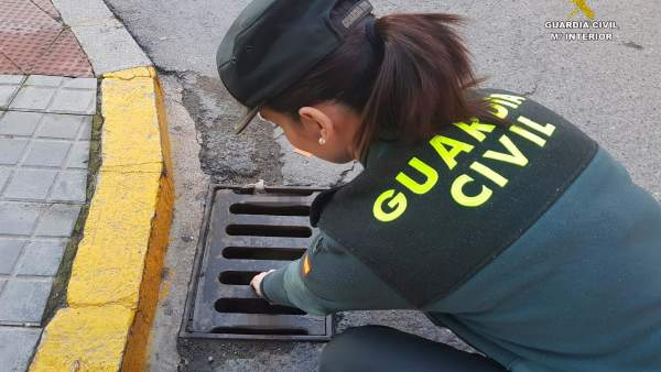 Agente de la Guardia Civil en una operación en Huelva por el robo de un móvil