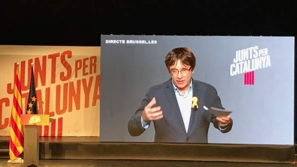 Carles Puigdemont interviene por videoconferencia en un acto de campaña de Junts per Catalunya.