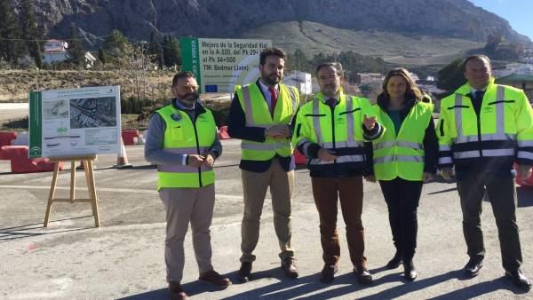 López (c) asiste al inicio de las obras para mejorar la travesía de Bedmar.