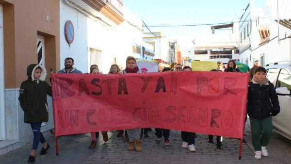 Manifestación en la localidad por los daños en el centro educativo