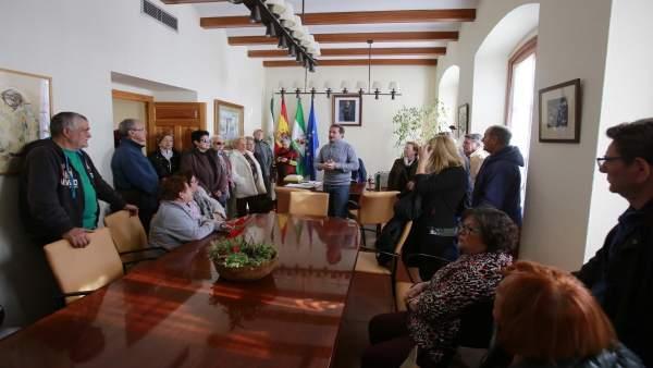 Pensionistas reunidos con el alcalde, Antonio Conde