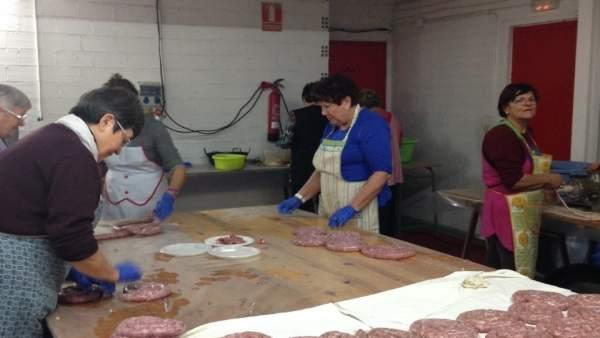 Preparación de la Festa del Porc en Alcarràs