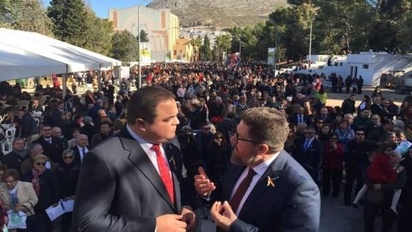Torres (i) con el consejero de Agricultura en la Fiesta de la Aceituna 2017.
