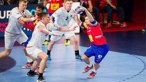 Alex Dujshebaev juega contra República Checa en el  Europeo de Balonmano