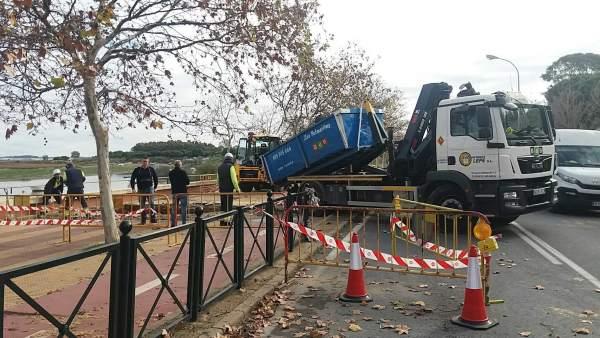 Obras de reparación tras la rotura de un colector en Isla Cristina.