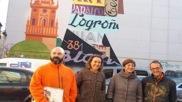 Gamarra y Montes, con los autores, ante al mural