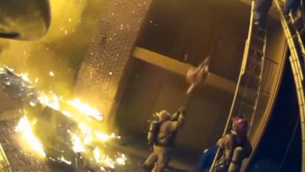 Atrapa al vuelo a una niña lanzada desde un edificio en llamas