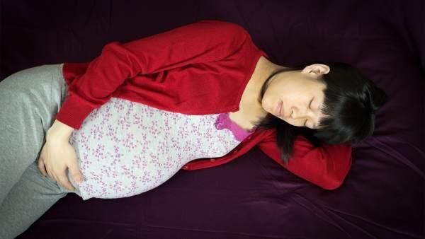Mujer embarazada durmiendo