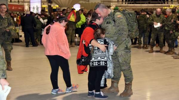 Los militares cordobeses se despiden de sus familias al partir hacia Letonia