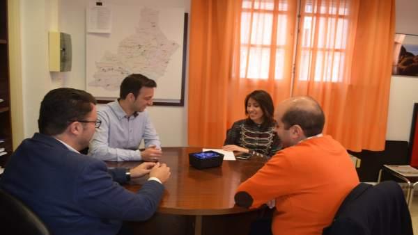 La diputada Carmen Belén López, reunida este martes con la directiva de AJE.