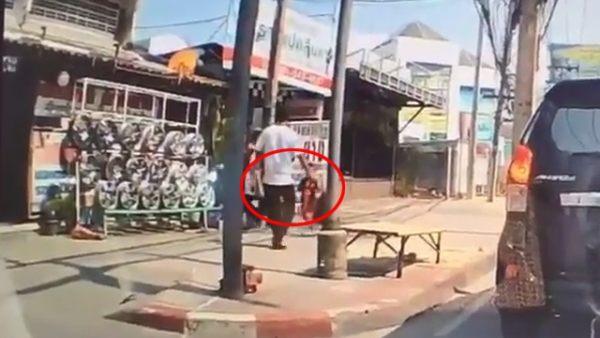 Un hombre patea a un niño en la cabeza sin razón alguna