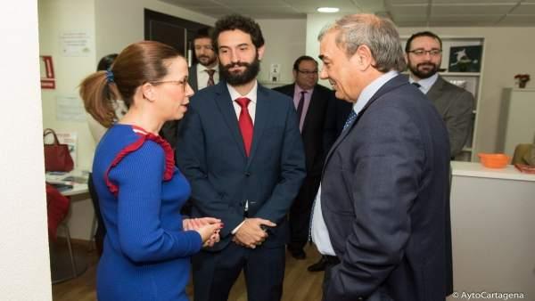 Reunión de la alcaldesa con el presidente de la Unión de Cooperativas en la AJE