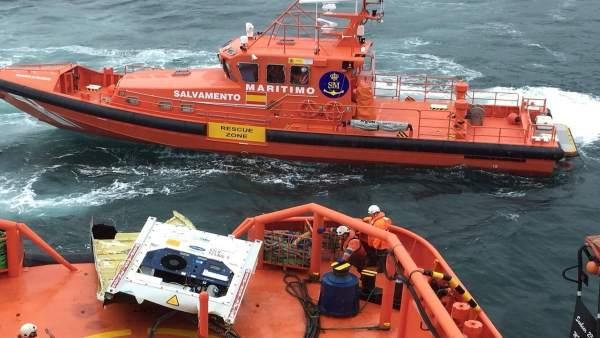 Salvamenti Marítimo recupera un contenedor y lo lleva a Ferrol.