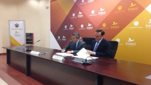 Cruz (izda.) y Villamandos firman el convenio