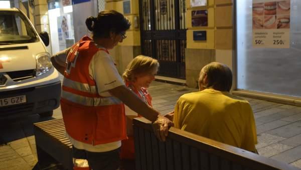 Cruz Roja atiende a una persona sin hogar