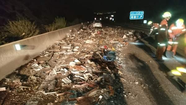 Accidente en la A7 entre un turismo y dos camiones