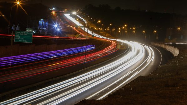 Tráfico nocturno en Nairobi