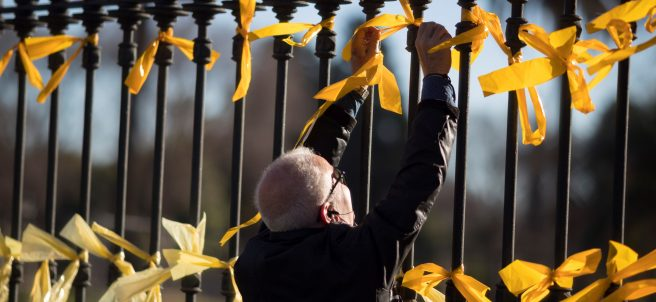 Lazos amarillos junto al Parlament