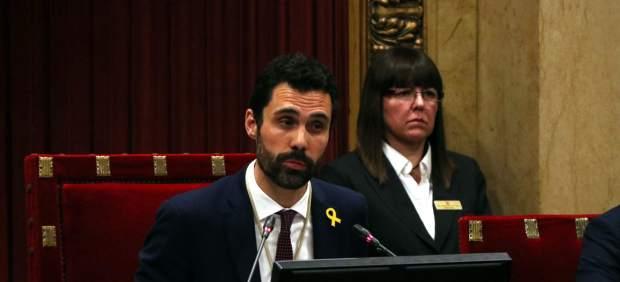 El nuevo president del Parlament, Roger Torrent, hablando desde su nuevo lugar en el hemiciclo.