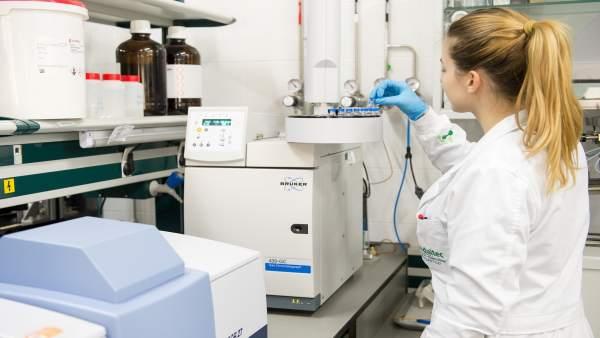 Una profesional del Centro Tecnológico Andaltec realiza una prueba.
