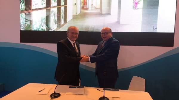 Alcalde de Málaga De la Torre firma acuerdo con director general Movelia Vallejo