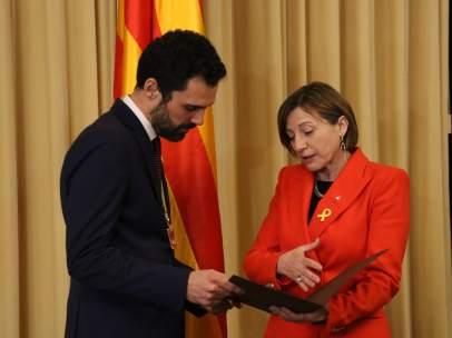 La expresidenta del Parlament, Carme Forcadell, hace el traspado de poderes al nuevo presidente, Roger Torrent.