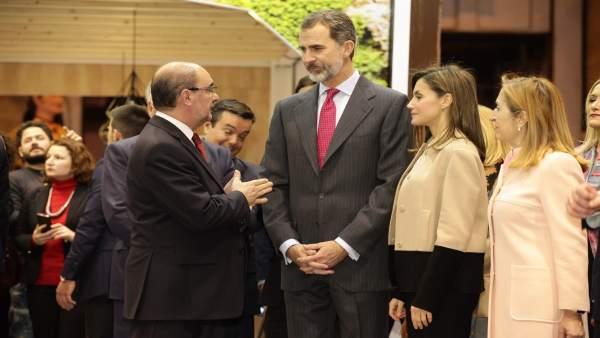 Javier Lambán ha mostrado a los Reyes el stand de Fitur.