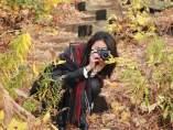 Una mujer fotografiando