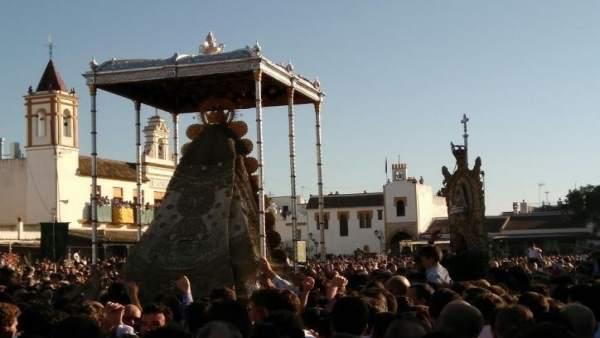 La Virgen del Rocío procesiona por la aldea.