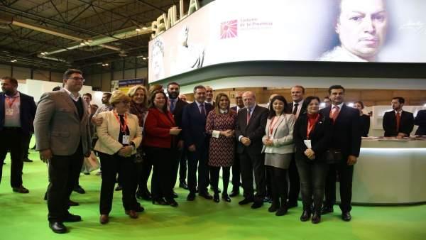 Susana Díaz visita el expositor de Sevilla en Fitur