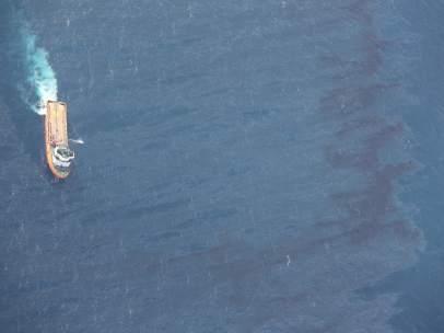 El petrolero Sanchi deja cuatro manchas de crudo de 101 kilómetros cuadrados