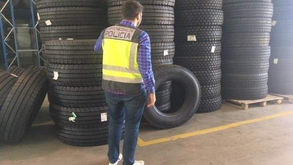 Una agente ante algunos de los neumáticos
