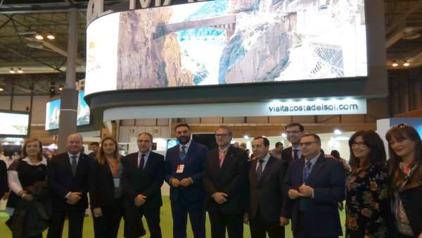 El consejero de Turismo y Bendodo,  junto a otras personalidades en Fitur