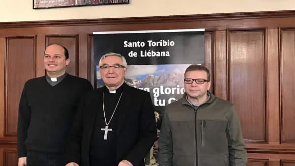 El obispo con los dos nuevos sacerdotes