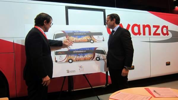 Alfonso Fernández Mañueco y Valentín Alonso contemplan la imagen de uno de los