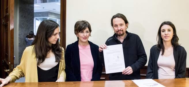Ione Belarra, Yolanda Díaz, Pablo Iglesias e Irene Montero registran la PNL en el Congreso.