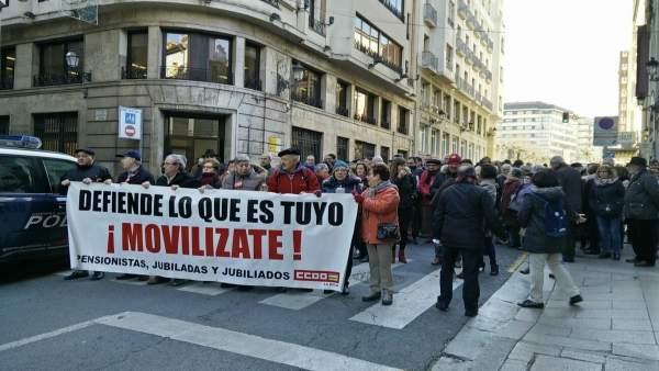 Los manifestantes han entregado un comunicado a la directora de la Tesorería
