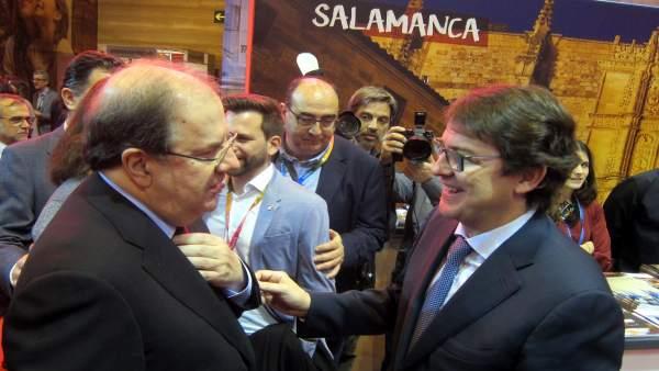 Fernández Mañueco y Juan Vicente Herrera delante del expositor de Salamanca