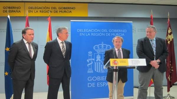 Carreño se dirige a los medios acompañado por Bernabé, a la derecha