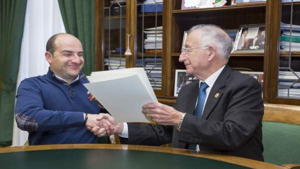 Gabriel Amat ha entregado al alcalde de Fondón la notificación de subvención.