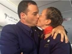 El papa casa a dos miembros de la tripulación el avión