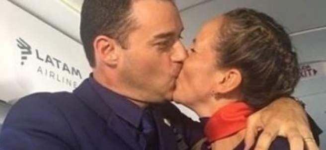 Francisco casa a dos auxiliares de vuelo