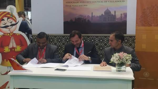 Firma del convenio entre Air India y la Casa de la India de Valladolid