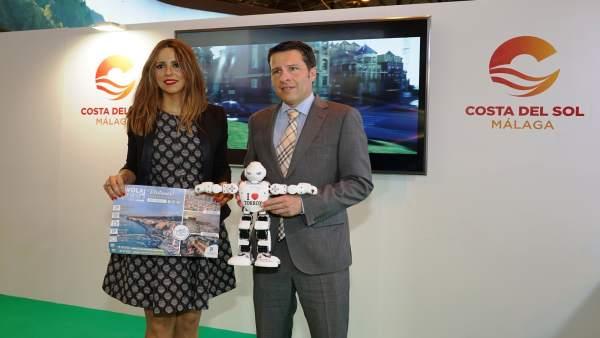 Concejala turismo Sandra Extremera y alcalde de torrox oscar medina robot fitur