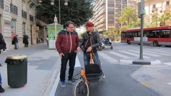 Giuseppe Grezzi junto a un usuario en el anillo ciclista