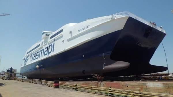 Catamarán reparado en los astilleros de Cotnsa en Huelva.